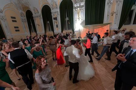táncol a násznép